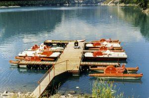 Découvrez la base nautique du lac du Chambon, à l'entrée de la vallée du Ferrand et au pied des 2 Alpes. Au programme: canoé, kayak, paddle, pédalo.